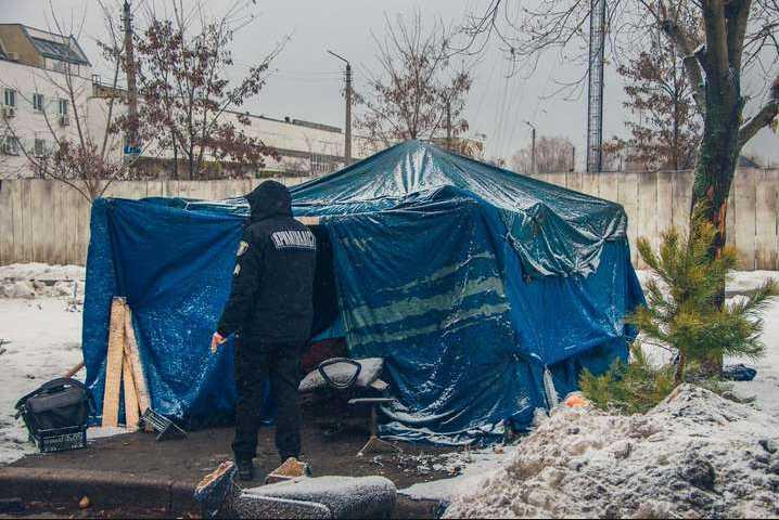 Умер в тишине: в Киеве в палатке насмерть замерз мужчина