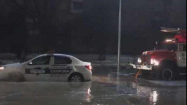 В Киеве затопило Верховную Раду: пожарные авто и машина полиции застряли в грязи