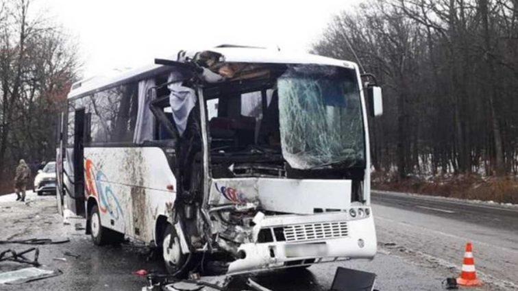 Жуткая ДТП: рейсовый автобус с пассажирами врезался в грузовик, есть пострадавшие