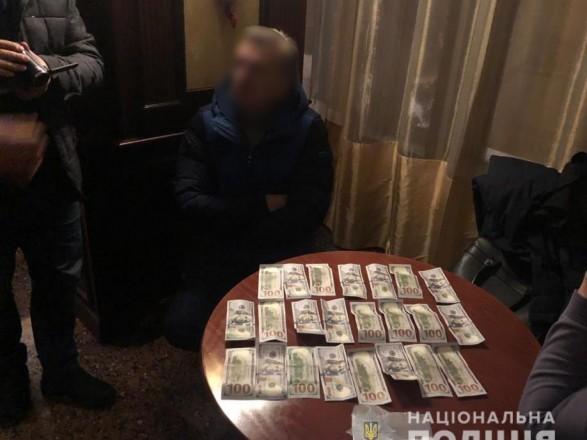 На взятке 20 тысяч долларов поймали влиятельных чиновников