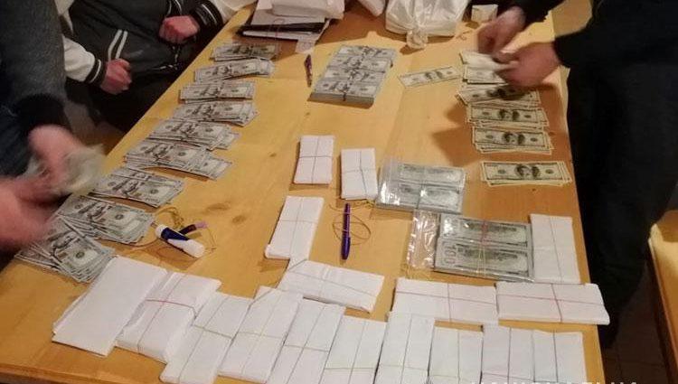 Сотни тысяч долларов и оружие: на Прикарпатье задержали влиятельного чиновника