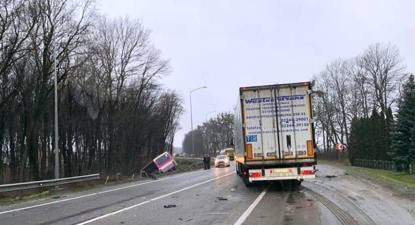 Опасная ДТП на украинской трассе: на Львовщине маршрутка с пассажирами вылетела в кювет