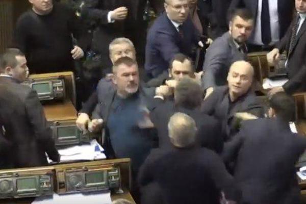 Драка в совете: Члены «Оппозиционного блока» набросились с кулаками на представителя «Народниго фронта»
