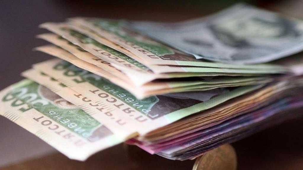 Средняя зарплата в Украине выросла: Гройсман сообщил хорошую новость
