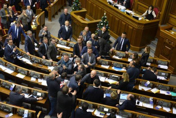 Со скандалом и дракой: Как в Раде принимали закон о переименовании УПЦ МП