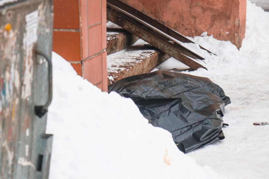 Трагедия на католическое Рождество: В Киеве на лестнице собственного дома нашли тело мужчины