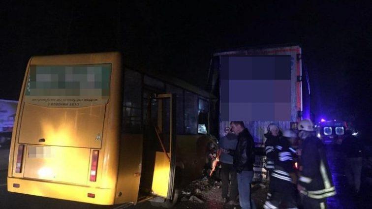Школьница выжила, человек погиб: сообщили подробности ДТП с маршруткой под Киевом