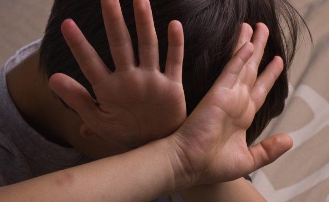 В Запорожье неадекватная мать жестоко избила ребенка на глазах у людей