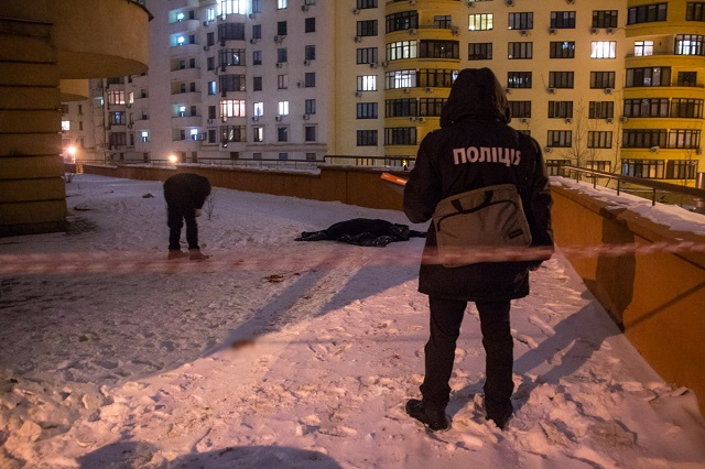 На глазах родителей: парень выпрыгнул с 24 этажа