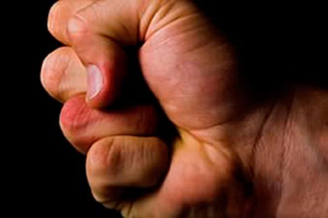 Хотел отпилить руку разъяренный отец жестоко избил учителя физкультуры