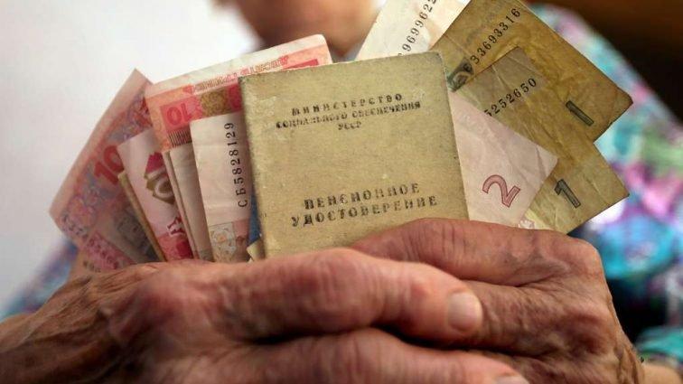 Недоплачивают по 1000 грн до пенсии: государство экономит на беднейшие слои населения
