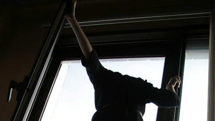 Зарезал мать и выпрыгнул из окна: подросток решил покончить с жизнью, но …