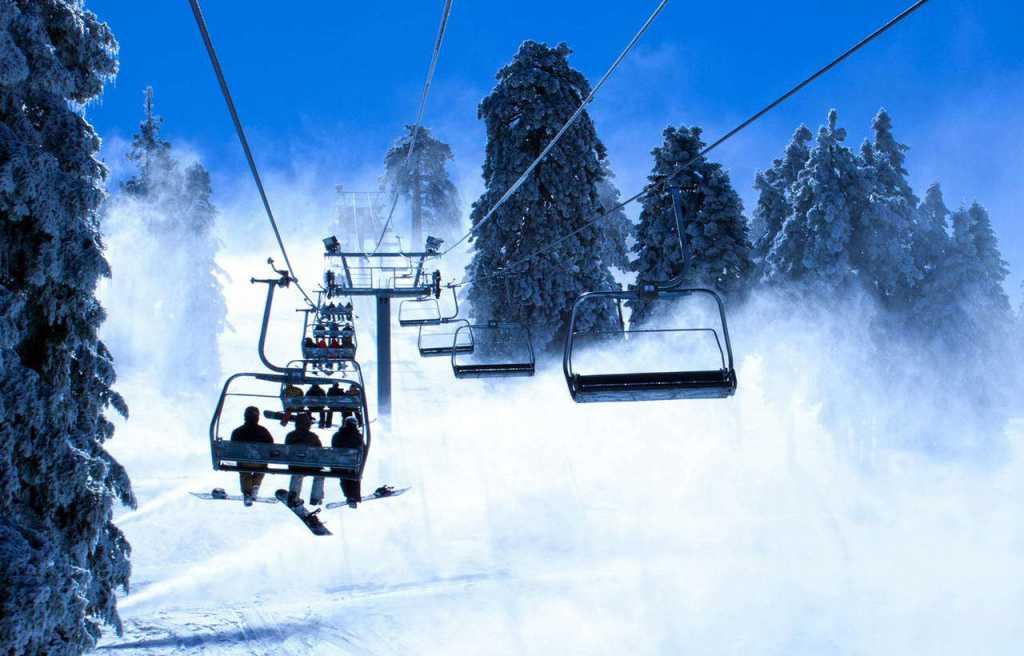 На горнолыжном курорте в Карпатах лыжники упали с подъемника: первые подробности ЧП