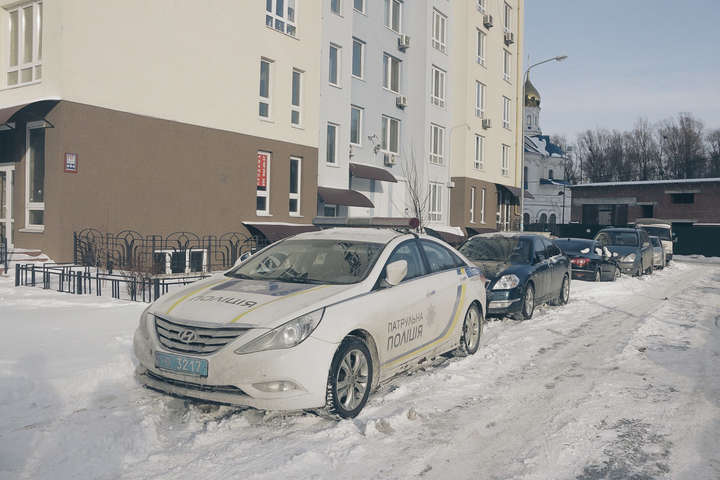 Со шприцем в руках: В Киеве на лестничном пролете нашли тело парня