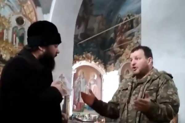 Выгнал из храма, потому что говорила на украинском: священник МП устроил перепалку с бойцом