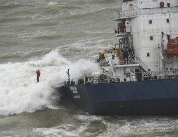 Трагедия с украинцами в Черном море: появились кадры спасения выживших людей