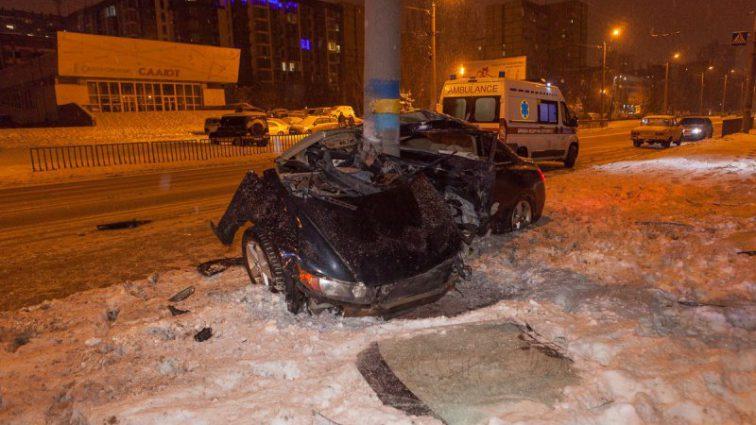 Машину прямо разрезало пополам: легковушка попала в ужасную аварию