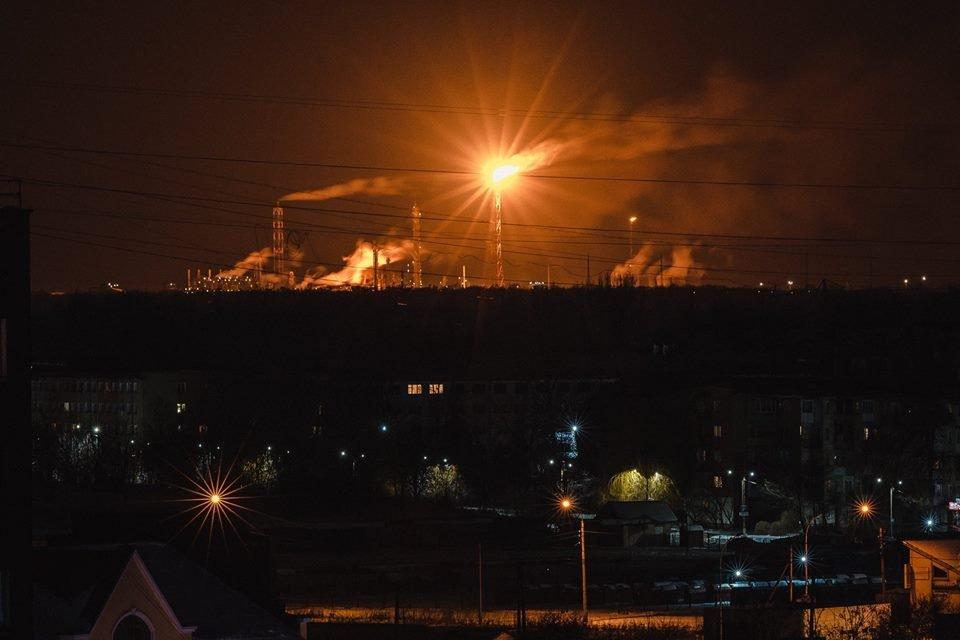 «Небо пылает и слышны взрывы»: На химзаводе вспыхнул масштабный пожар