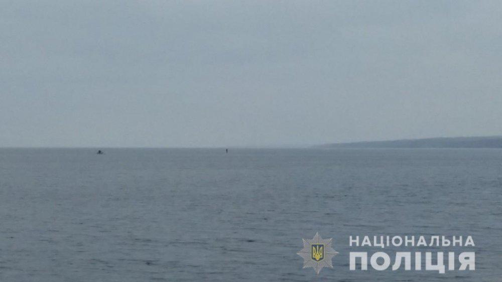 Отнесло от берега на 2 км .: подросток попал в беду