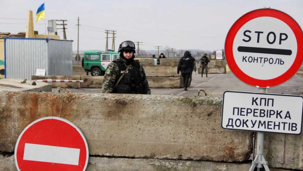 Люди умирают прямо в очередях: появились трагические новости с Донбасса