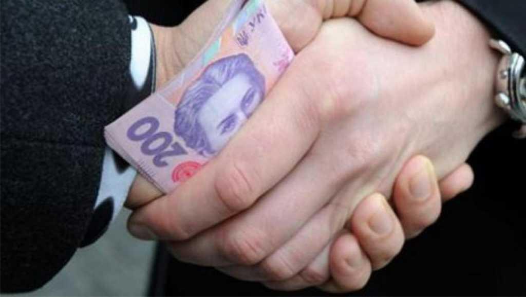 Требовал 15 000 долларов: в Киеве на взятке поймали главу дачного кооператива