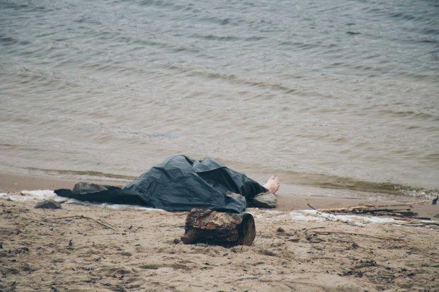 Загадочное убийство всколыхнуло столицу: с Днепра достали тело полуголой девушки