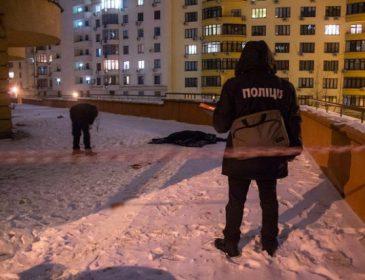 Страшная смерть на глазах у родителей: В Киеве возле многоэтажки нашли тело парня