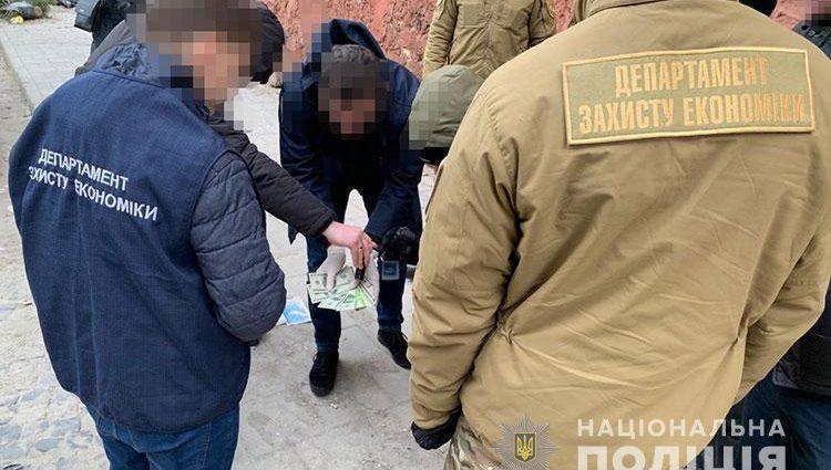 Во Львове на взятке задержали влиятельного чиновника