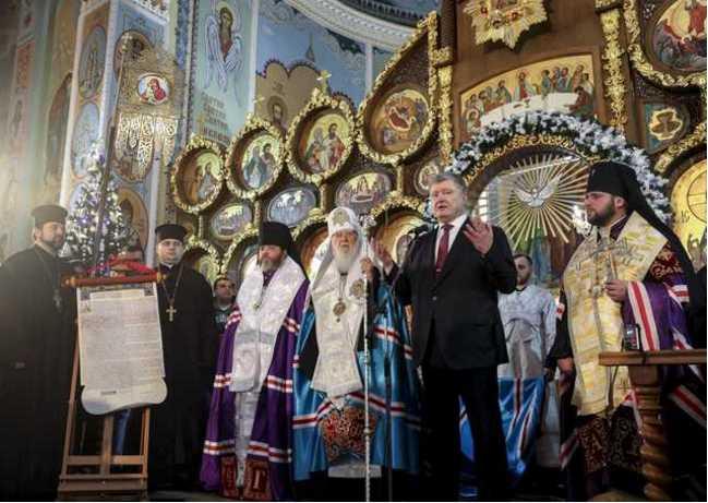 «Выгнать торгаша из храма»: Как соцсети отреагировали на томос-тур Порошенко