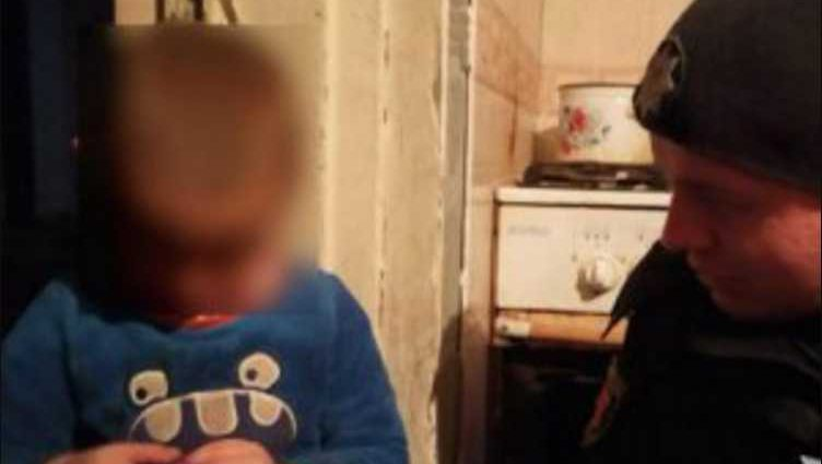 Бегал по снегу без обуви и в легкой одежде: горе-родители оставили ребенка на верную смерть
