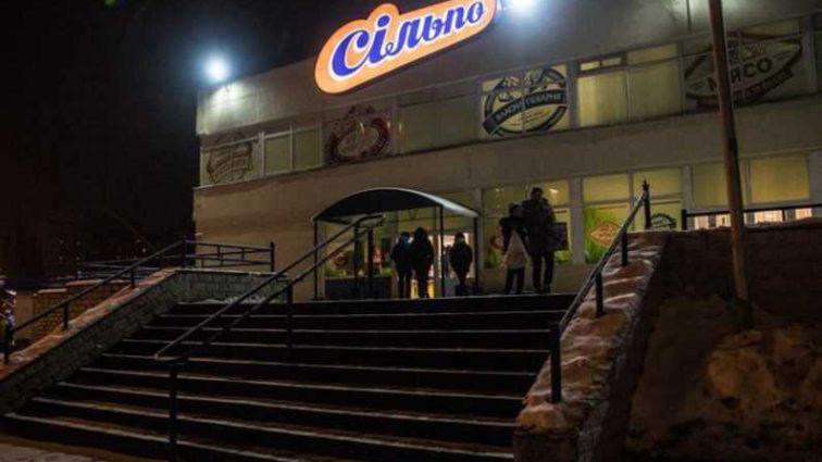 Упал в отделе сладостей и начал трястись: В Киеве в одном из супермаркетов внезапно умер мужчина