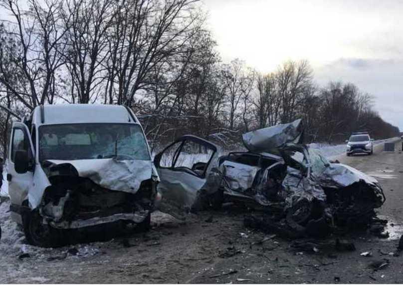«Женщина вылетела с лобового стекла автомобиля прямо под колеса маршрутки»: появились ужасные подробности ДТП в Харьковской области