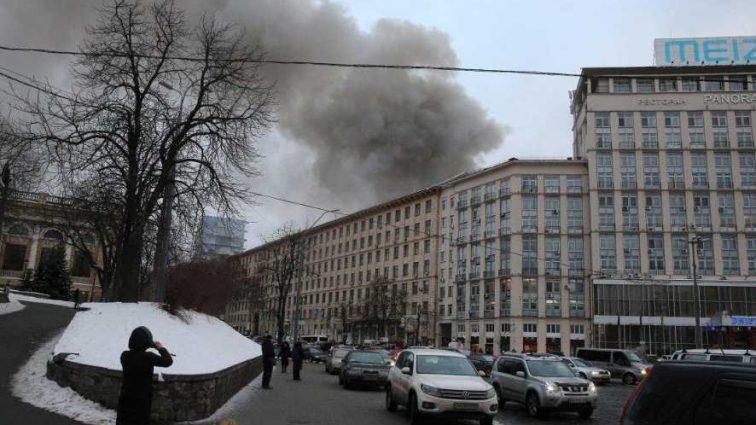 Крещатик в дыму: возле Европейской площади горит 3-этажное здание