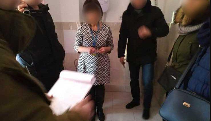 Пыталась смыть взятку в унитаз: чиновницу задержали с поличным