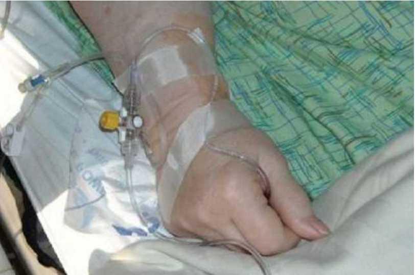 Заразилась через немытое яблоко: на Львовщине женщина попала в больницу с опасной инфекцией