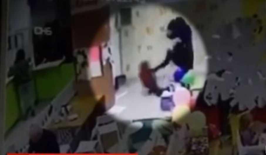 «Кричала: ненавижу!»: Мать на глазах десятков людей избила ногами 6-летнего сына