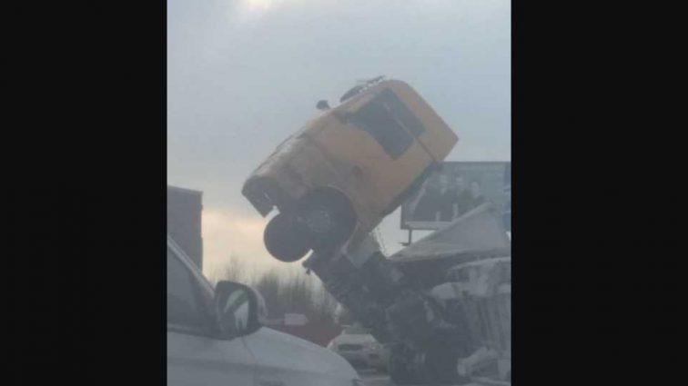 Опасная ДТП под Киевом: фура зависла в воздухе