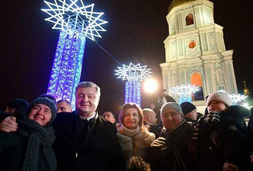 Делал Селфи, дарил свинок и получил «сильный заряд энергии»: Порошенко в новогоднюю ночь пришел на Софийскую площадь