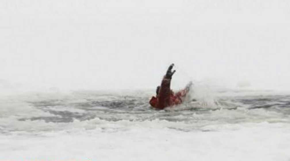 Они тонули и шансов практически не было: женщина бросилась в ледяную воду, чтобы спасти двух детей из-под льда