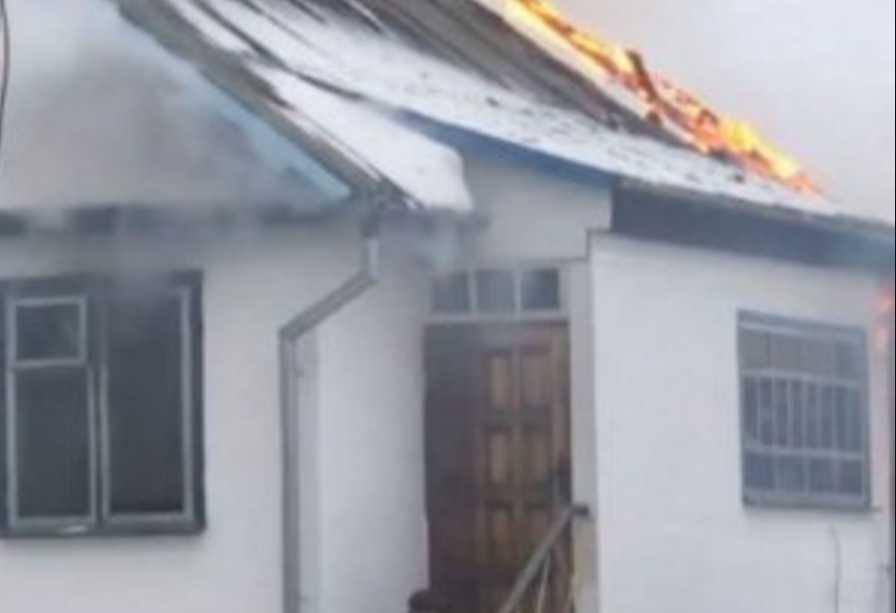 Поджег дом, а потом совершил самоубийство: мужчина застрелился на глазах десятков людей
