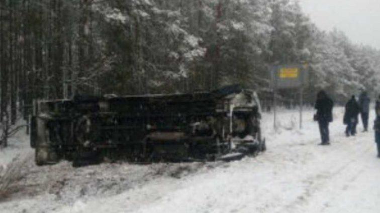 Опасная ДТП на украинской трассе: микроавтобус с пассажирами попал в аварию