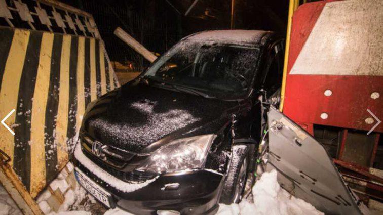 Роковой случай: в Киеве автомобиль Honda влетел в поезд