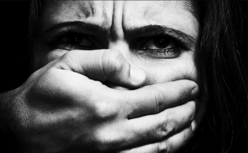 Затащили ее дочь в дом и хотели изнасиловать: мать сама расправилась с насильниками дочери