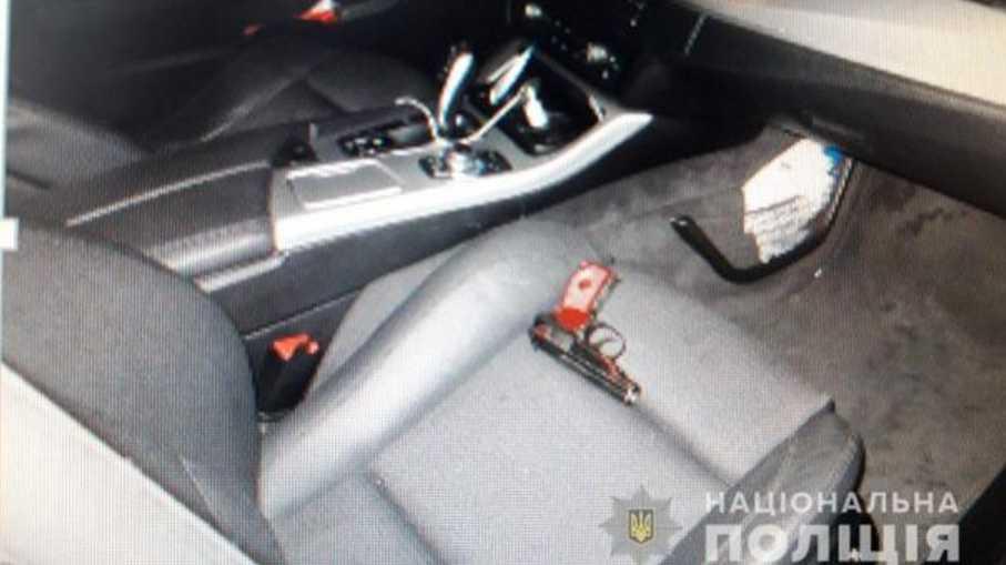 Рождественские разборки: водитель прямо на дороге устроил стрельбу, ранен молодой человек