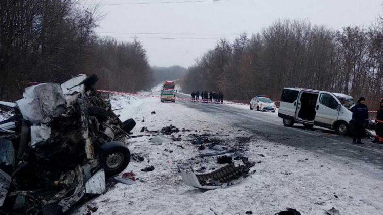 Трагическое ДТП на украинской трассе: столкнулись два микроавтобуса, есть жертвы