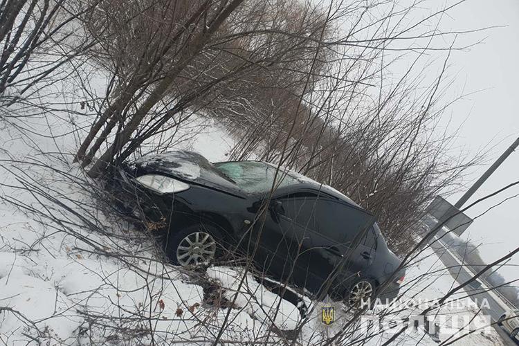 Опасное ДТП на украинской трассе: легковушка врезалась в маршрутку и вылетел в кювет
