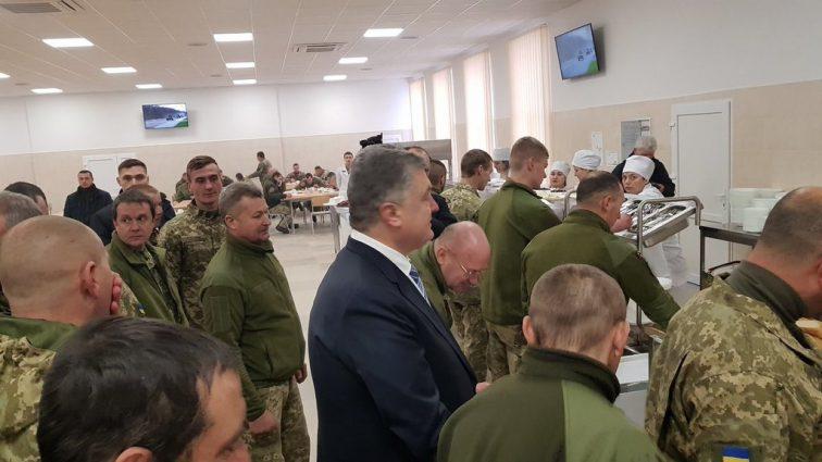 Очередной пиар ?: Порошенко засекли в очереди за солдатской едой