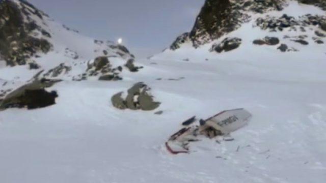 Самолет упал после столкновения: под снегом находят тела, подробности трагедии