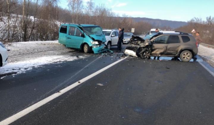 Масштабное ДТП: столкнулись пять автомобилей, перекрыли трассу Киев-Чоп