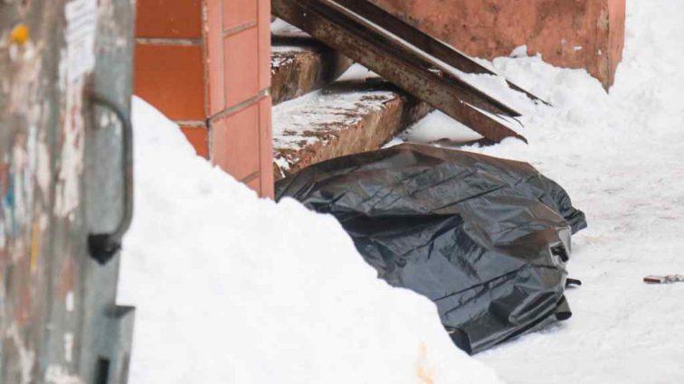Лежало на лестнице Под окнами многоэтажки нашли изуродованное тело мужчины